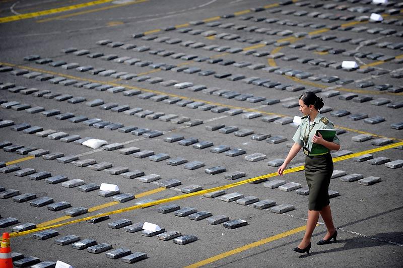 Plus d'une tonne de cocaïne a été saisie auprès d'un cartel du nord de la Colombie. Inventaire par la police avant destruction, mardi 27 octobre.