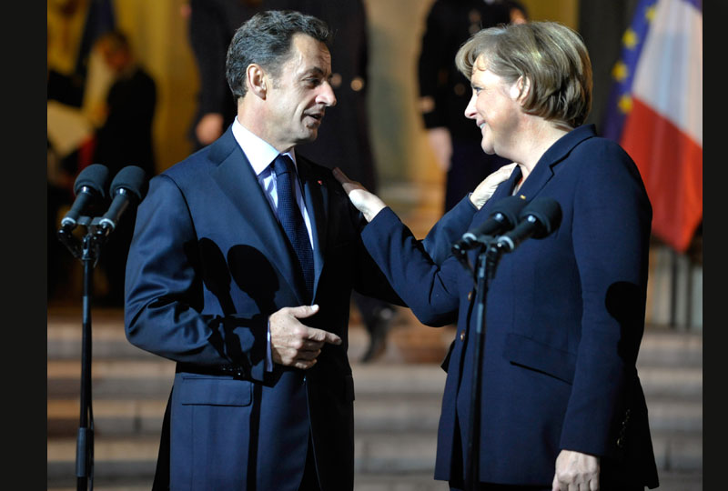 La chancelière allemande Angela Merkel sera au côté du président Nicolas Sarkozy le 11 novembre, à l'Arc de Triomphe, le jour de la commémoration de la défaite de l'Allemagne, lors de la Première Guerre mondiale, ce qui constituera un événement dans la relation entre les deux pays (Ci-dessus, à l'Élysée le mercredi 28 octobre).