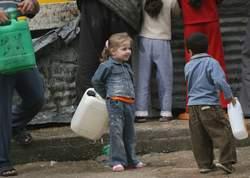 Dans la bande de Gaza, des enfants Palestiniens vont chercher de l'eau potable.