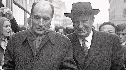La réforme décentralisatrice initiée par Gaston Defferre (ici à droite au côté de François Mitterrand) a engagé une ère nouvelle dans l'organisation des pouvoirs en France.
