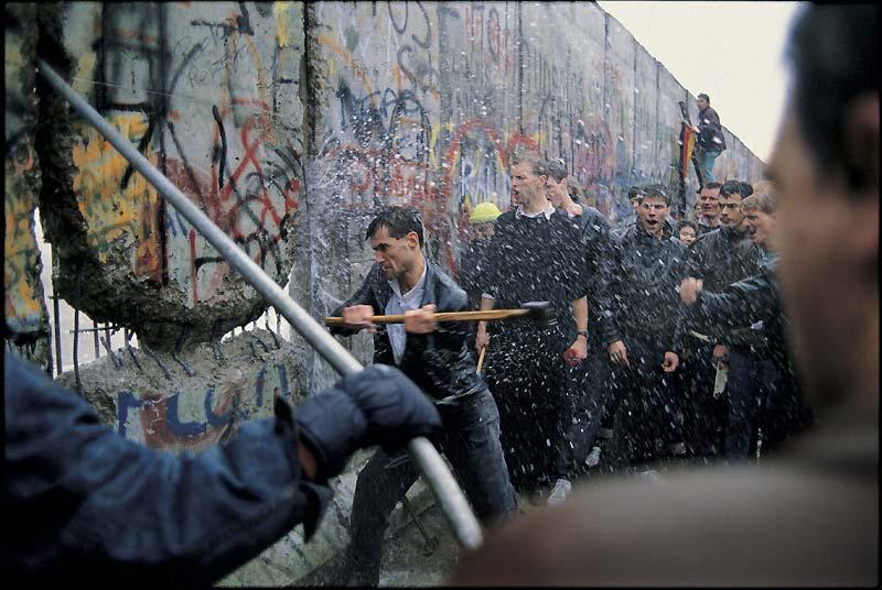 Surnommés les «pics-verts du Mur», ils étaient des dizaines à l'attaquer à coups de pioches et de marteaux.