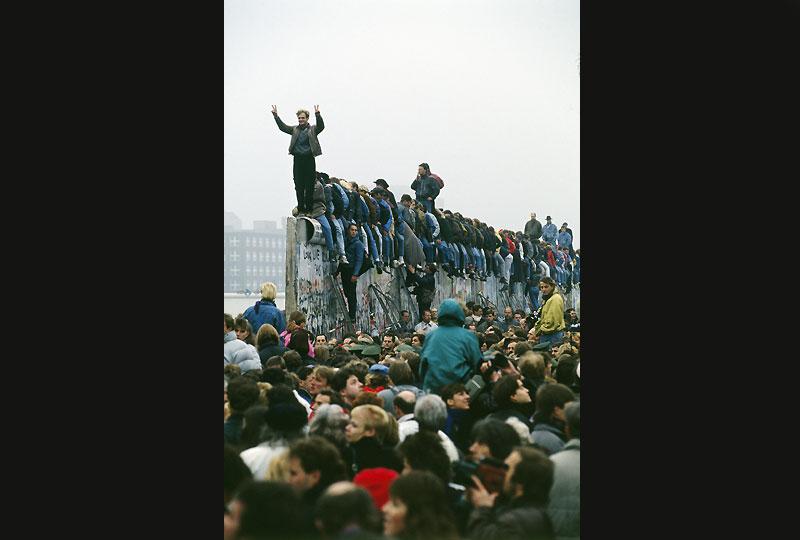 L'ouverture du Mur à Potsdamerplatz, vaste no man's land au coeur de la ville, attire des Berlinois enthousiasmés par la renaissance de ce lieu symbolique.