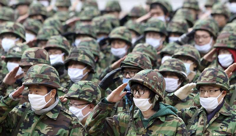 Des soldats coréens portent un masque de protection contre la grippe H1N1, lors d'un entraînement militaire dans une base de Séoul, mercredi 4 novembre. Ce pays s'est déclaré en état d'alerte au plus haut niveau afin d'éviter la diffusion du virus.