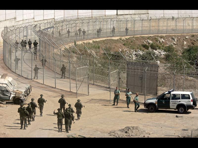 />Ceuta, porte d'entrée de l'Europe</b><br /> Un grillage de 3,5 mètres de haut et 9 kilomètres de long, 21 miradors, des patrouilles régulières de la Garde Civile, des détecteurs de présence : telle est la porte d'entrée de l'Union européenne pour des milliers d'Africains, un mur, symbole du fossé entre l'Europe et ses voisins pauvres du Sud. Egalement surnommée la « Valla », la barrière de Ceuta, une enclave ibérique de 20 km² située à la pointe nord-ouest du Maroc, empêche les milliers de candidats au départ d'atteindre l'eldorado européen.<br /> Le gouvernement espagnol a créé le Ceti, un centre de séjour temporaire construit sur les hauteurs de Ceuta où 452 clandestins sont actuellement hébergés. Alors que les Marocains et Algériens sont généralement renvoyés chez eux, ce sont les Somaliens, Congolais, Ivoiriens et Nigériens qui y sont logés. A une douzaine de kilomètres seulement de l'eden européen… » height=»368″ /></p> <p><strong><font face=