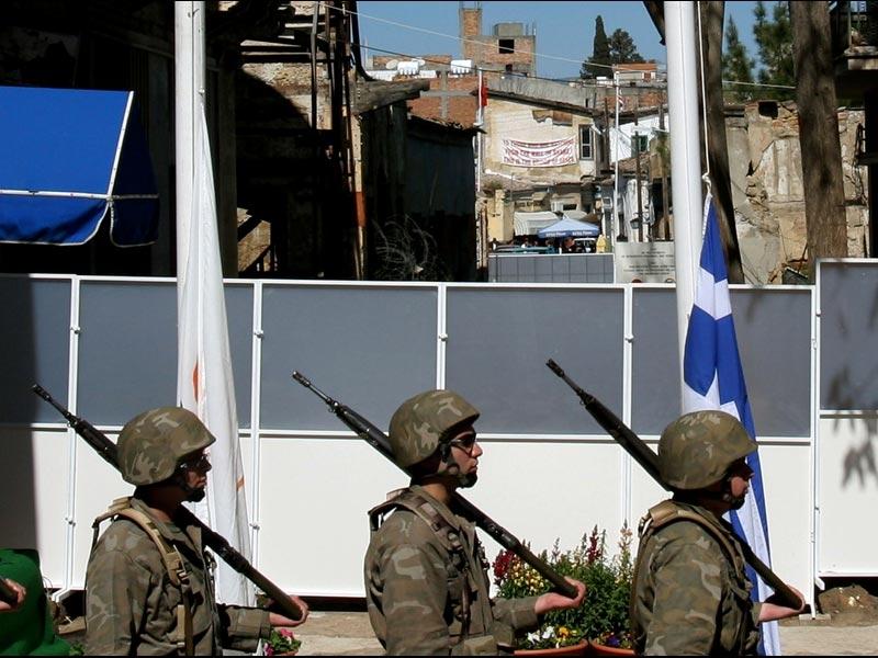 />Nicosie, une capitale coupée en deux</b><br /> Une capitale divisée en deux. La situation est aujourd'hui inédite dans le monde, mais réelle. Du moins pour les milliers d'habitants de l'île de Chypre, dont le pays est scindé en deux depuis 1974. Au nord de la « ligne verte », la République chypriote turque du nord (RCTN), reconnue uniquement par la Turquie, et au sud, la République de Chypre, membre de l'Union européenne et peuplée en majorité de Chypriotes grecs. <br /> Longue de 180 kilomètres, la « ligne verte » est un enchevêtrement de barbelés, de vieux bidons et d'immeuble délabrés. Une zone démilitarisée surveillée par l'ONU où des soldats grecs et turcs se font face. Depuis 2003, plusieurs points de passage ont été créés et 10 000 personnes passent dorénavant chaque jour cette « frontière » pour aller travailler. &nbsp;&raquo; height=&nbsp;&raquo;366&Prime; /></p> <p><strong><font face=