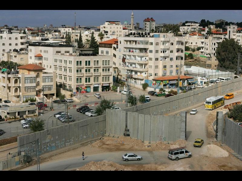 />Israël – Palestine : le mur de « sécurité »</b><br /> Surnommé « mur de l'apartheid » par les Palestiniens, « barrière de sécurité » par les Israéliens, le mur édifié par ces derniers entre leur Etat et les Territoires palestiniens a surtout suscité de nombreuses polémiques depuis les débuts de sa construction à l'été 2002. A cette époque, Ariel Sharon, alors premier ministre israélien, avait présenté ce rempart comme la solution pour mettre un terme aux attaques des Palestiniens (attentats suicides et tirs de roquettes). Mais si les attentats visant Israël ont effectivement diminué, la Cour internationale de justice de la Haye a déclaré illégale la construction de cette muraille en juillet 2004 et en a exigé la destruction. Sept ans après, le mur est toujours là, mais il n'a pas encore été terminé. Sur les 800 kilomètres prévus à l'origine, seuls deux tiers du tracé ont été achevés. &nbsp;&raquo; height=&nbsp;&raquo;290&Prime; /></font></strong></p> <p><font face=