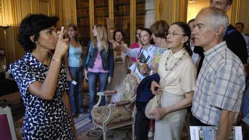 Rachida Dati fait le guide pour les visiteurs, le 16 septembre 2007 dans son ministère, lors des Journées du Patrimoine.