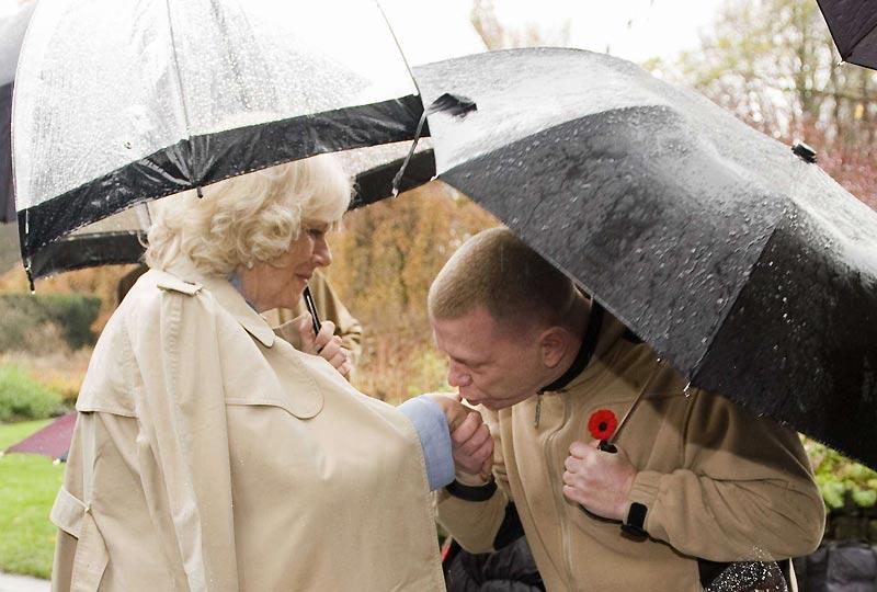 En visite à Vancouver, samedi 7 novembre, le prince et son épouse, Camilla Parker-Bowles, poursuivaient leur voyage de onze jours au Canada. Ils se sont attardés sur l'aspect environnemental des installations olympiques et paralympiques des Jeux de 2010. Ici, un membre du public baise la main de la duchesse de Cornouailles.