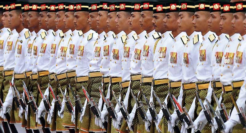 En Malaisie, lors de la cérémonie d'honneur à la Chambre du Parlement, à Kuala Lumpur, des soldats saluent, le 10 novembre, l'arrivée du président chinois Hu Jintao, qui doit s'entretenir avec les hauts fonctionnaires du pays sur des sujets internationaux.