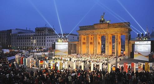 Le mur de dominos, qui s'étend de la Potsdamer Platz à la rivère Spree, doit s'écrouler lundi soir, symbolisant l'ouverture démocratique et la liberté.