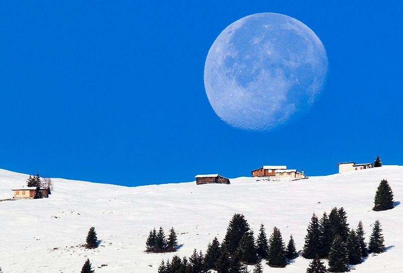 La Lune immense comme vous ne l'avez jamais vue, photographiée dans les Alpes suisses près d'Untervaz, dans le canton des Grisons. Une sorte d'hommage à Galilée, dont les théories et inventions fondamentales ont profondément révolutionné le domaine de l'astronomie, à l'occasion de l'année 2009 qui marque le 400e anniversaire de la première utilisation de sa lunette grossissante, en 1609. Une invention révolutionnaire qui lui permit d'observer la Lune, le Soleil, Jupiter et la Voie lactée. Après de multiples observations, il esquissera l'idée de l'existence d'un système solaire, ce qui lui vaudra la persécution par l'Inquisition.