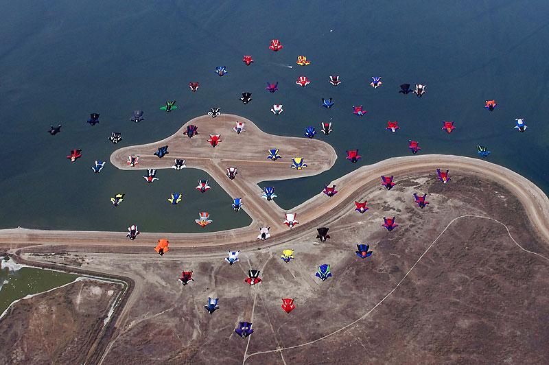 Californie, États-Unis, soixante et onze parachutistes adeptes du Wing-suit, une discipline en pleine expansion, ont établi un nouveau record mondial. Ces amateurs de sensations fortes ont réalisé la plus grande formation de sauteurs, et ce à 14.500 pieds d'altitude.