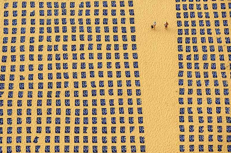 Plage de Bondi à Sydney (Australie), le 15 novembre. L'objectif de cette photo aérienne est de faire prendre conscience de l'augmentation des dangers du bronzage. A cette occasion, 1700 serviettes symbolisent le nombre de décès liés au cancer de la peau.