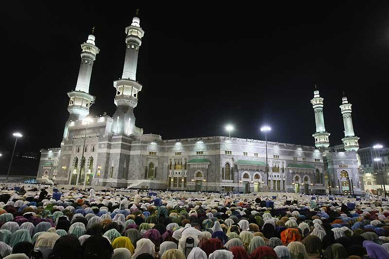 Le hadj, pèlerinage sur les lieux saints de la ville de La Mecque en Arabie saoudite, se déroule entre le 8 et le 13 du mois lunaire. Il représente le cinquième pilier de l'islam. (Ci-dessus, le dimanche 15 novembre).