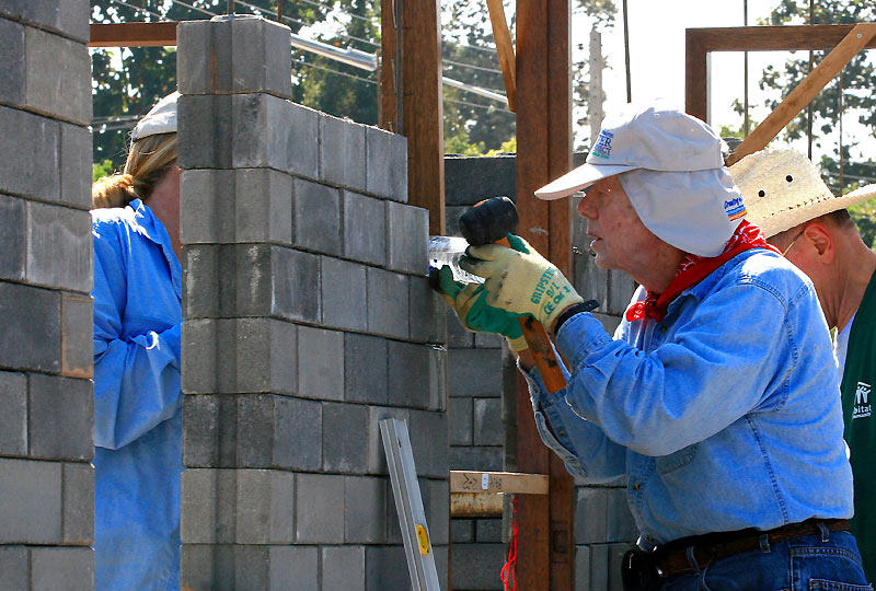 L'ancien Président des États-Unis, Jimmy Carter aide à la construction d'une maison dans le cadre d'un projet humanitaire, dans la province de Chiang Mai (Thaïlande), le 16 novembre.166 logements pourront ainsi s'élever au Cambodge, en Chine, au Laos, en Thaïlande et au Vietnam.