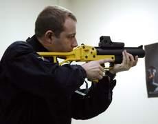 Un policier pose, le 21 mars 2008 au ministère de l'Intérieur à Paris, avec un lanceur de balles de défense (40 mètres).