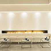 Au Murano Urban Resort, le classique Chesterfield, devant la cheminée, à été revu en version «allongée».