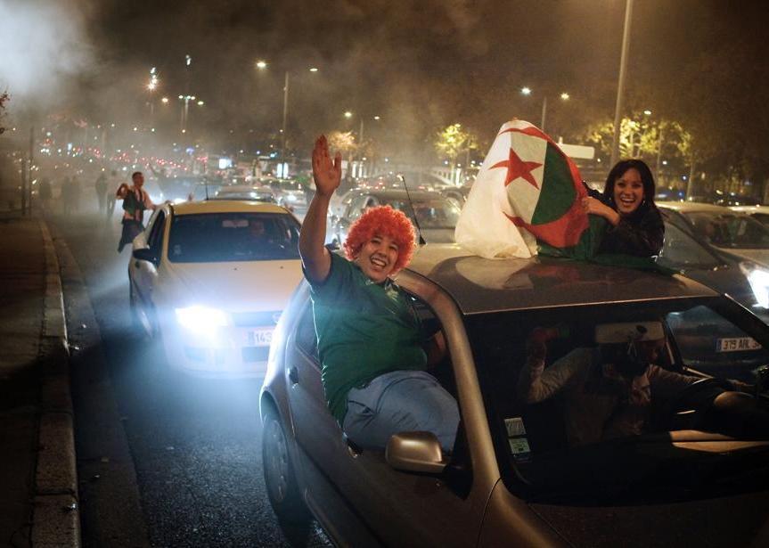 البـــوم الصــور للمشجـــعيـن الـ،ـمـــنتخــــب الجزائري 20091119PHOWWW00079
