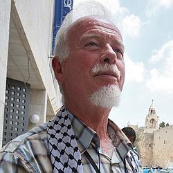 Uri Davis, 66 ans, est né à Jérusalem de parents juifs, anglais du côté de son père, tchécoslovaque de celui de sa mère. Il a fini par renoncer à sa nationalité israélienne.