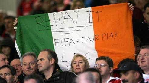 Un spectateur de Liverpool-Manchester City, disputé samedi, brandit un drapeau appelant à ce que le match France-Eire soit rejoué.