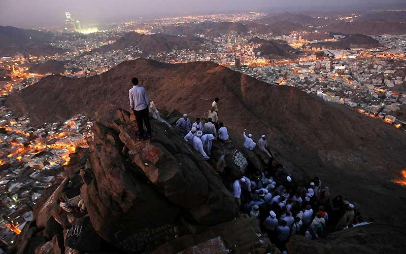 Avec deux jours d'avance, les pèlerins musulmans prient sur le chemin qui les mène en haut de la montagne de Noor, dans la ville sainte La Mecque, avant le début du pèlerinage annuel de hadj. Il se déroulera du 25 au 29 novembre et regroupera quelques 2.5 millions de fidèles ou plus, de partout dans le monde.