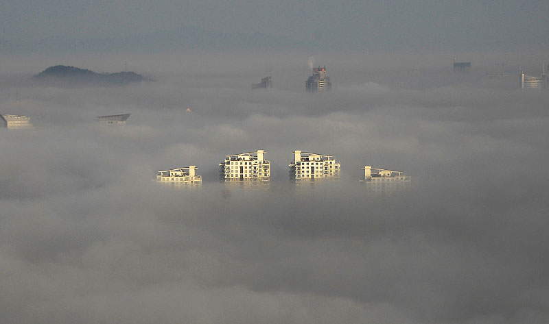 Plus de 180 vols intérieurs et internationaux ont été retardés, mercredi 25 novembre à Pékin, qui était plongée dans le brouillard après plusieurs jours de pollution. À la veille du sommet de Copenhague, la Chine a annoncé des objectifs chiffrés pour réduire ses gaz à effet de serre. Lors du sommet, elle sera représentée par le premier ministre Wen Jiabao.