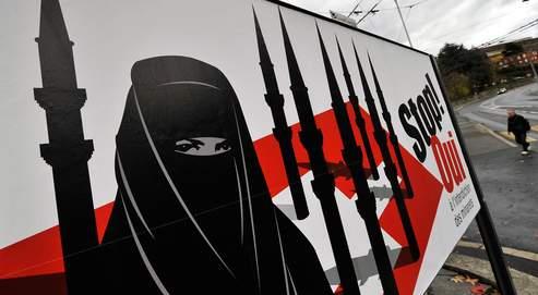 Près de Vevey, une affiche d'un parti d'extrême droite appelle à se prononcer pour l'interdiction des minarets lors du référendum prévu le 29 novembre en Suisse.
