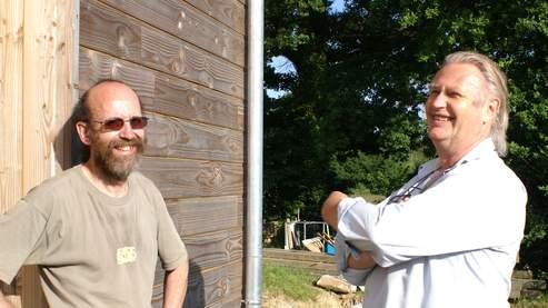 Serge Moëlo (à droite), avec un des habitants de l'écohameau citoyen (photos : Amélie Cano).