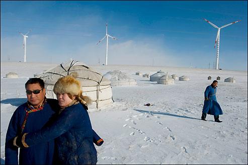 Plus connue pour son charbon, la Mongolie-Intérieure a aujourd'hui d'immenses projets éoliens, comme celui qui a poussé autour des yourtes de Baotou et AiWa
