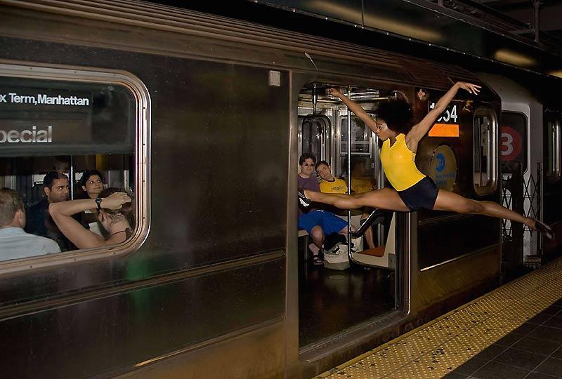 Spectaculaire entrée dans une rame de métro new yorkais, mardi 1er décembre. Le photographe Richard Calmes capture ces instants éphémères, et nous fait partager la beauté de la danse.