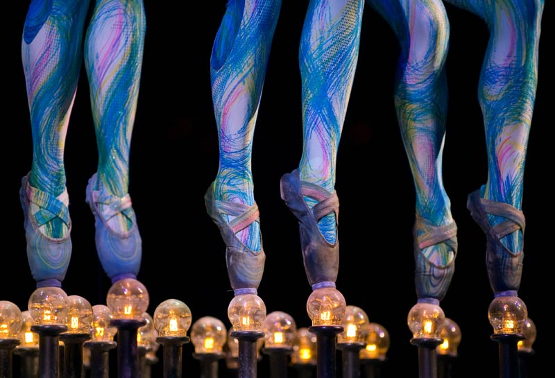 La troupe canadienne du Cirque du Soleil exécute une profusion d'acrobaties colorées à Mexico, le 25 novembre. Elle continuera à se produire sur les planches mexicaines jusqu'au mois de janvier 2010.