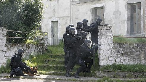 Des membres du Groupe d'intervention de la gendarmerie nationale (GIGN) en pleine action lors d'un entraînement commun entre le RAID et le GIGN, à Beynes en avril 2008.