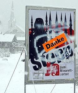 Oskar Freysinger a vu son initiative «antiminarets» approuvée par plus de 57% des Suisses. («Danke» signifie «merci» en Allemand).