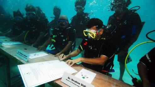 En octobre dernier, le gouvernement des Maldives a effectué un conseil des ministres sous l'eau, afin de sensibiliser la communauté internationale au réchauffement climatique : L'archipel risque de disparaître sous le niveau de la mer dans moins de 100 ans.