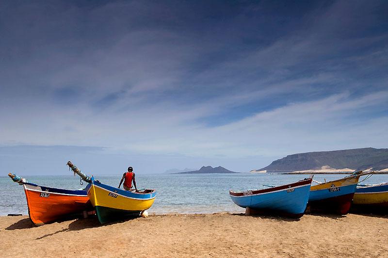 Retour de la pêche à Baía das Gatas, sur l'île de São Vicente. Au loin, l'île déserte de Santa Luzia où se rendent les pêcheurs du village.