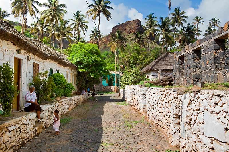 Rua da Banana, la plus ancienne de Cidade Velha, sur l'île de Santiago.Ses maisons traditionnelles sont toujours habitées.