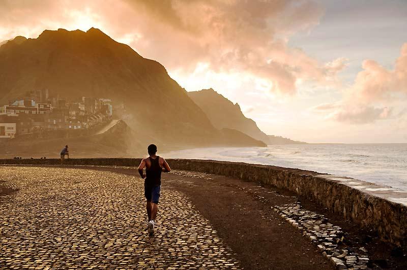 Ile de Santo Antão : la route pavée serpente entre la montagne et les embruns.