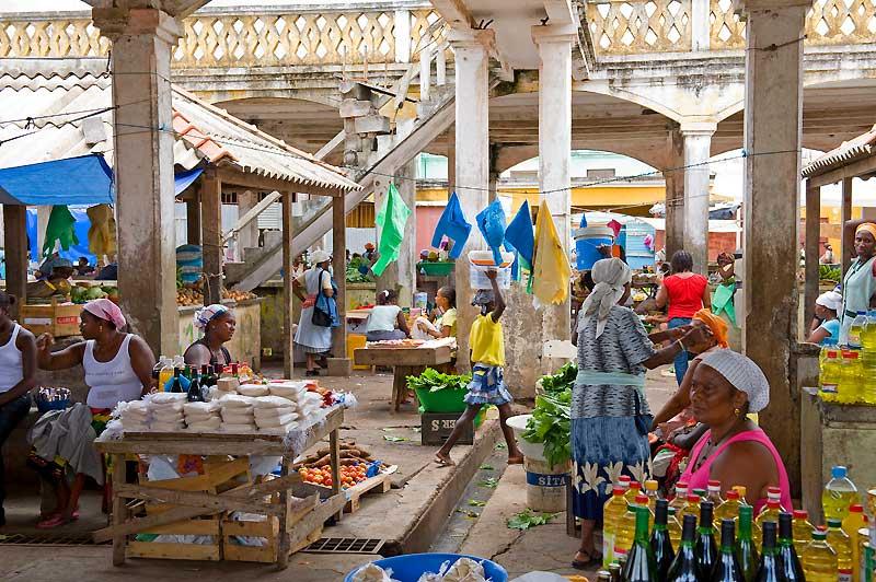 Au marché : sous l'architecture héritée du passé portugais, la production locale.