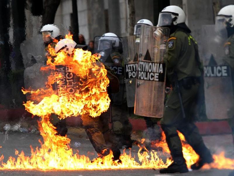 Aux abords de la place Syntagma, dans le centre de la capitale, des jeunes vêtus de noir et cagoulés ont lancé des pierres sur les forces de l'ordre, qui ont riposté à coup de gaz lacrymogènes et de matraques. Une femme de 55 ans a été blessée à la tête.