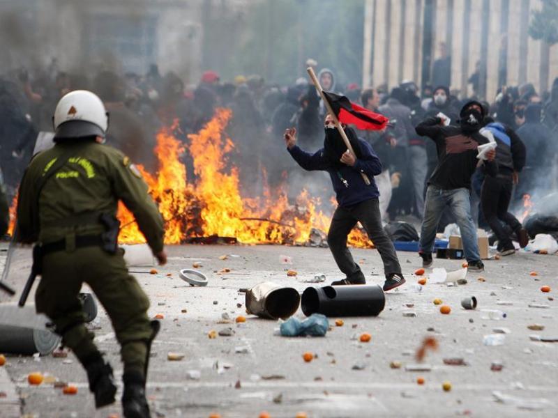 Des affrontements ont opposé manifestants cagoulés et forces de l'ordre dimanche à Athènes, où des milliers de policiers avaient été déployés à l'occasion du premier anniversaire de la mort d'un adolescent tué par la police, dont le décès avait déclenché une vague d'émeutes dans le pays.