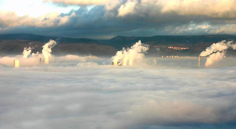 Dans le brouillard… cette vue générale rappelle la préoccupante pollution atmosphérique des grandes villes européennes, comme ici, près de Prague, lundi 7 décembre. La République Tchèque est présente à la conférence internationale sur le climat qui vient de commencer à Copenhague.