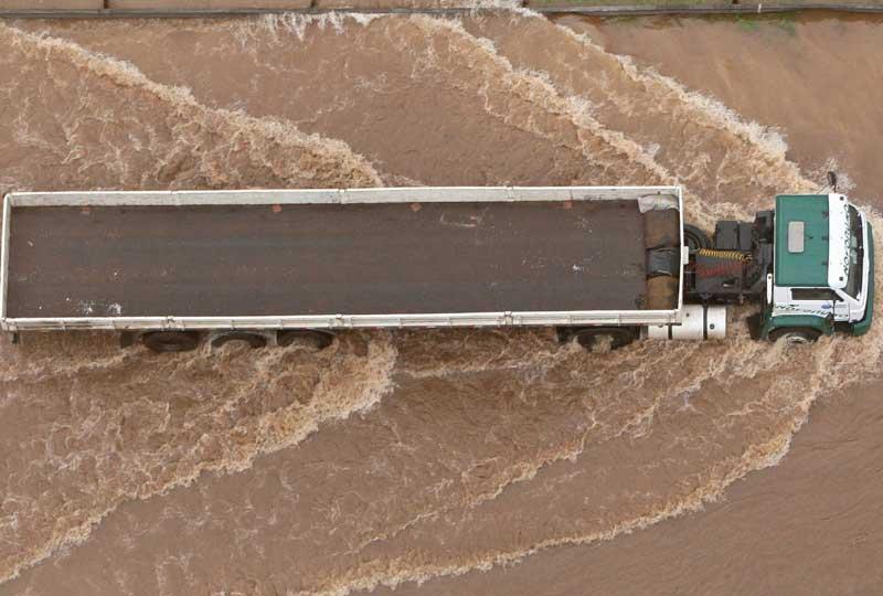 Les roues dans l'eau… Un camion circule avec difficulté, pris au piège par une brusque montée des eaux près de Sao Paulo, au Brésil. Ces inondations sont dues aux fortes pluies qui se sont abattues mardi 8 décembre et qui ont fortement perturbé le trafic automobile.