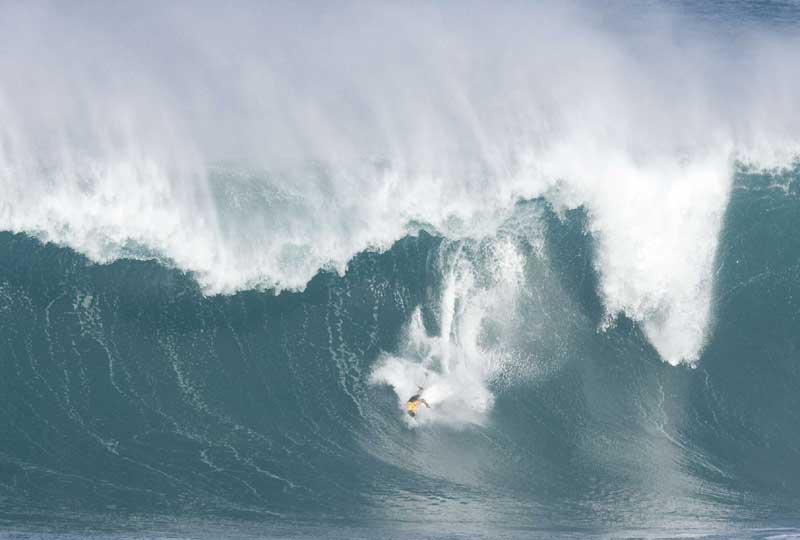 Gigantesques… Des surfeurs ont profité mardi à Hawaii de vagues exceptionnelles atteignant parfois 15 mètres, sur la côte nord de l'île d'Oahu, pour organiser au pied levé une compétition dont la dernière édition a eu lieu il y a cinq ans. Le surfeur Kelly Slater, originaire de Floride, dans le sud-est des Etats-Unis, est en tête de la compétition.