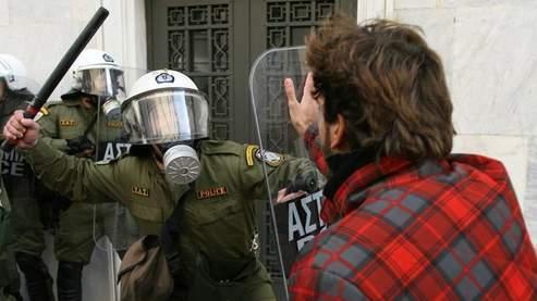 Comme dimanche, des manifestants s'en sont pris lundi aux forces de l'ordre