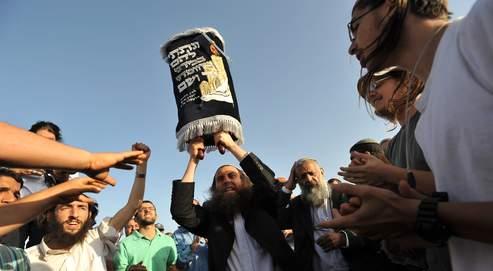 Un colon israélien brandit la Torah, dans une colonie juive près de Ramallah,en juin 2009.