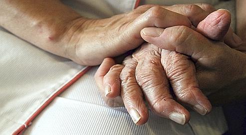 Une infirmière tient la main d'une personne atteinte de la maladie d'Alzheimer, dans une maison de retraite à Lutterbach (Alsace).