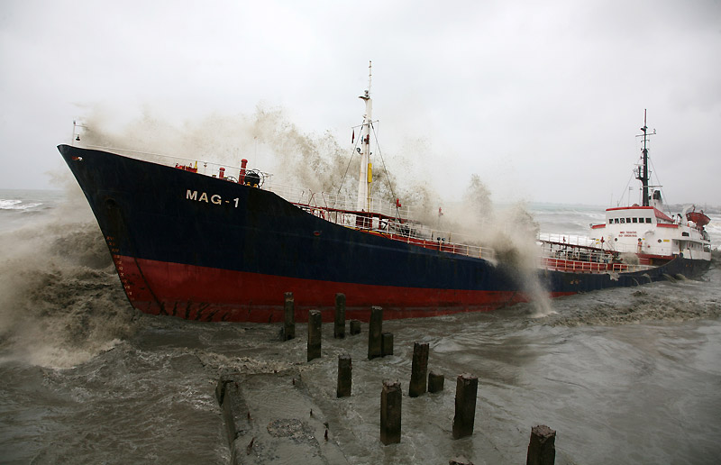 Pris au piège… Un bateau turc s'est retrouvé bloqué par un banc de sable après un violent orage à Sokhumi, capitale de l'Abkhazie, le lundi 14 décembre.