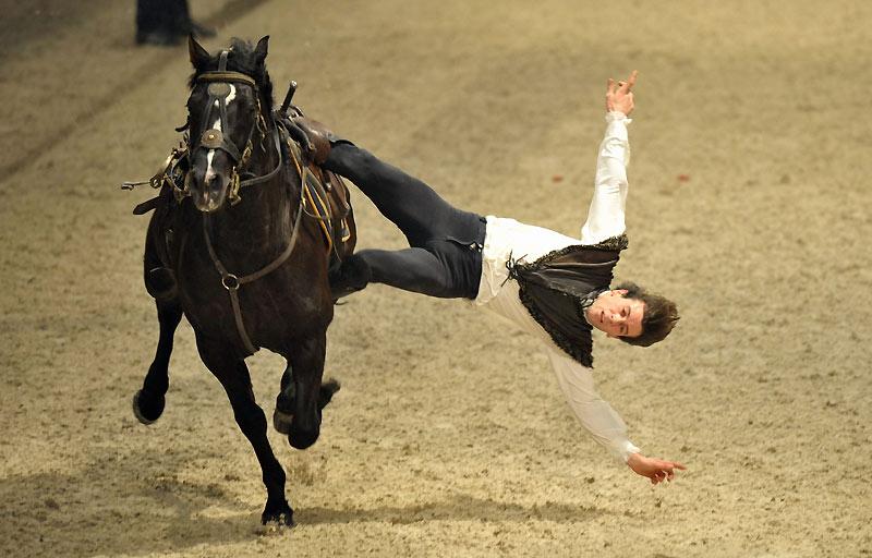 Mario Luraschi, cascadeur, exécute une acrobatie lors des Gucci Masters. L'élite du saut d'obstacle s'est installée au Parc des expositions de Villepinte du 10 au 13 décembre, lors du salon du cheval.
