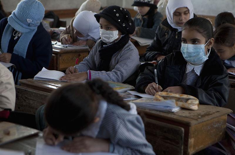 Des masques, toujours… Des écoliers palestiniens portent des masques pour se protéger du virus H1N1 à Zeitun, quartier sud-est de la ville de Gaza, samedi 12 décembre. Les autorités israéliennes ont indiqué qu'elles attendaient jusqu'à 40.000 doses de vaccin. Six personnes sont décédées la semaine dernière.