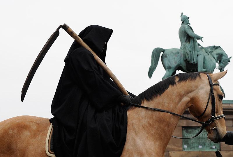 Manifestation à la faux. Cette femme affiche ses revendications devant la place du Parlement, à Copenhague, lundi 14 décembre. À seulement trois jours de la fin du sommet sur le climat, les désaccords s'accumulent entre pays riches, émergents et en développement et nombre de manifestants continuent à faire pression sur les négociations.